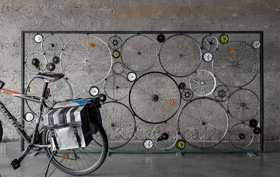 Pieza de artesanía realizada con partes de bicicletas